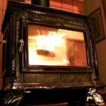 Comment choisir le bon bois de chauffage pour votre chalet avec poêle à bois